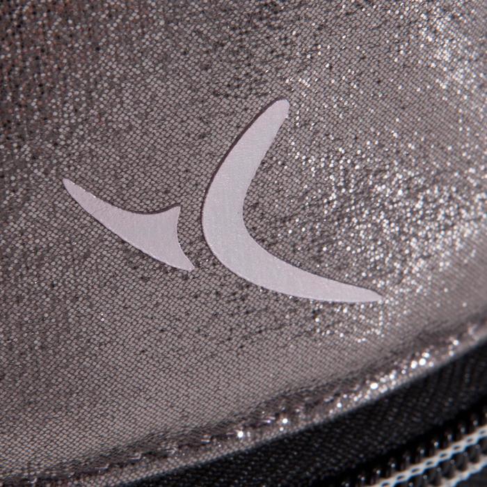 Pochette pour chaussons argentée.