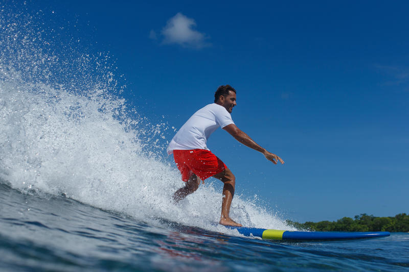 100 Foam Surfboard 8'6_QUOTE_. Supplied with a leash and three fins.