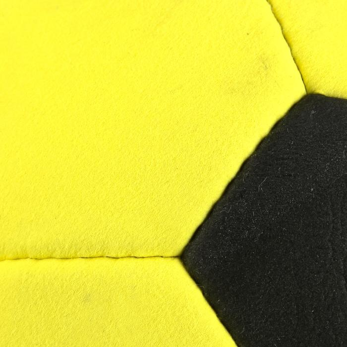Indoor voetbal vilt geel