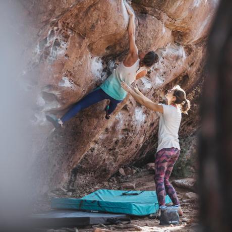 Bouldern an Felswänden