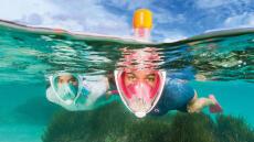 vrouw en man oefenen snorkelen