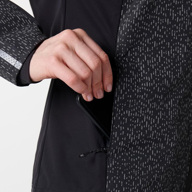 เสื้อแจ็คเก็ตผู้หญิงมีคุณสมบัติกันฝนสำหรับใส่วิ่งรุ่น RUN RAIN (สีดำ BLACK NIGHT)
