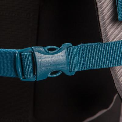 Morral de excursionismo FORCLAZ 50 color gris: un morral sencillo y práctico.