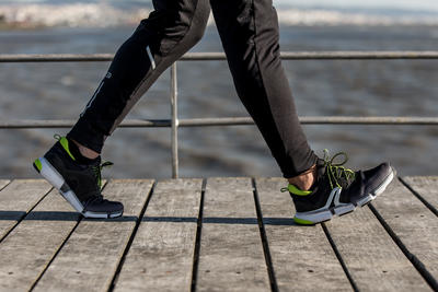 حذاء PW 590 Xtense للمشي الرياضي للرجال – لون رمادي / أصفر