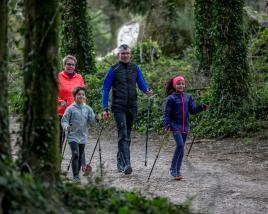 Famille dans la forêt