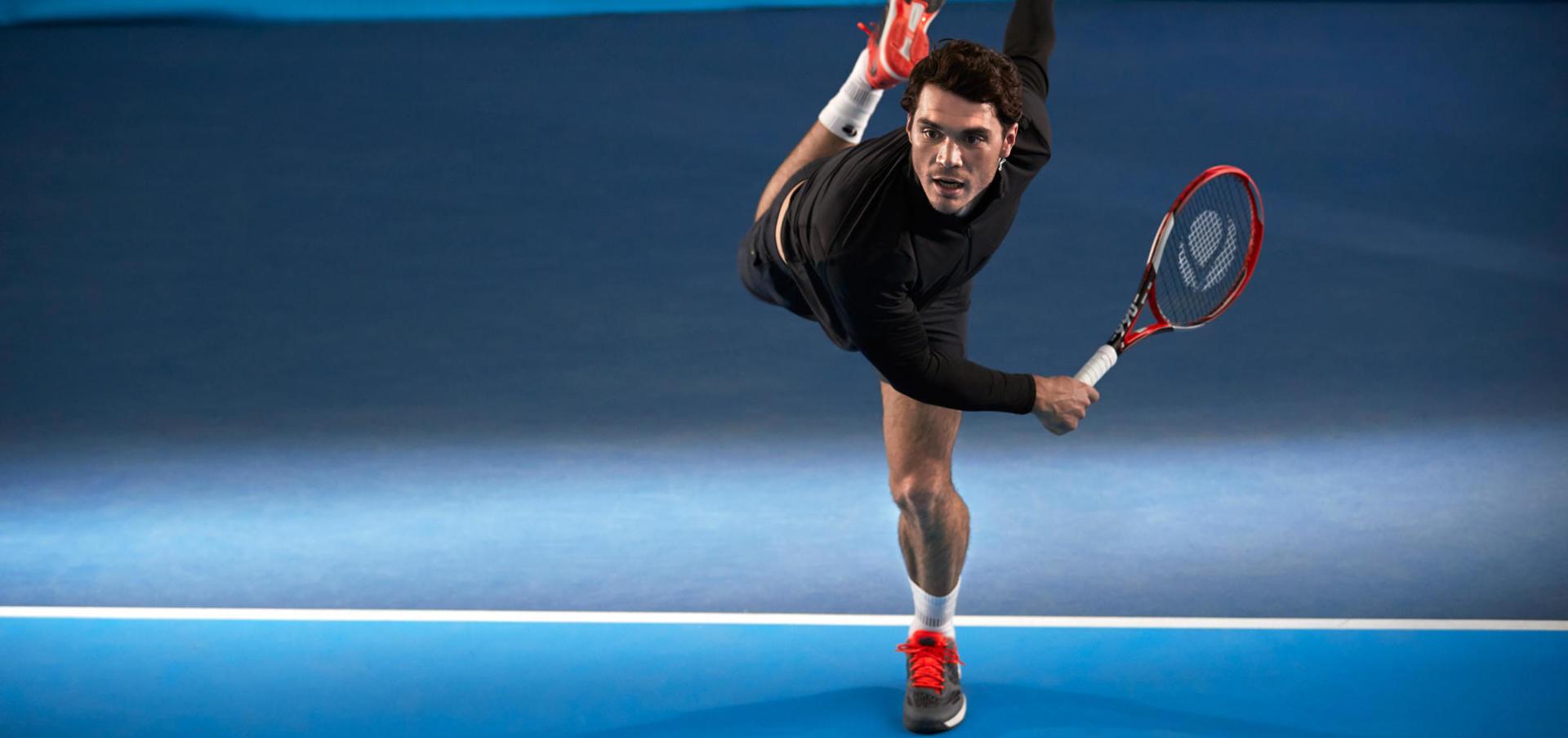 Bien service au tennis conseil technique matériel