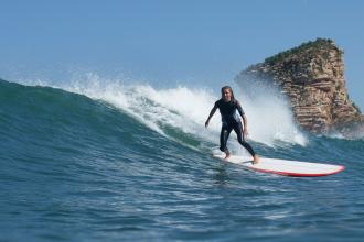 femme surf la vague