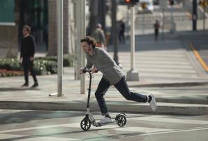 Souvent moquée! Considérée depuis peu comme un véritable moyen de transport urbain, elle ne surprend plus lorsqu'un adulte l'utilise.  Si vous hésitez encore à l'adopter, voici 7 bonnes raisons de préférer la trottinette urbaine à votre voiture !