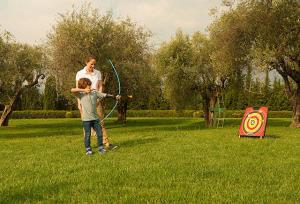 L'initiation du tir à l'arc peut se faire dès le plus jeune âge mais il y a tout de même quelques précautions à prendre en compte.