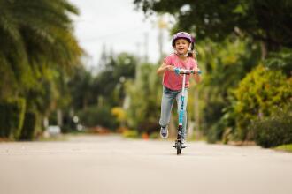 como ajudar a sua criança a descobrir o seu pé de impulsão?