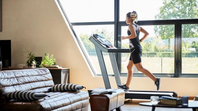 5 astuces pour faire du sport la maison les conseils sportifs d cathlon. Black Bedroom Furniture Sets. Home Design Ideas