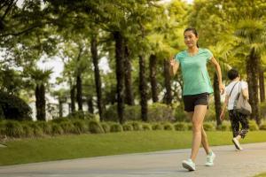 Marche sportive : comment s'équiper lorsqu'il fait chaud?