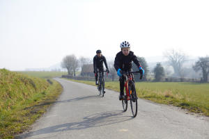 barn som börjar cykla på landsvägar