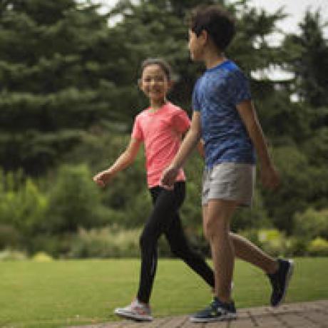 Comment choisir des chaussures de marche sportive enfant - niveau débutant