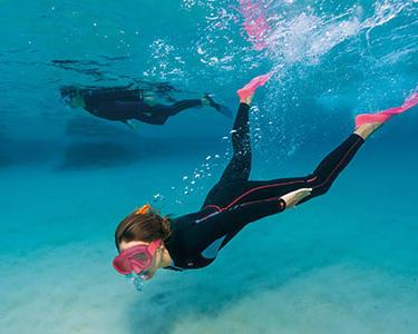 Protégez-vous avec de la crème solaire avant de partir en exploration snorkeling !