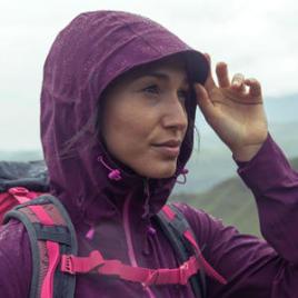 Så håller du dig torr på vandringen: våra 8 tips - regnjacka med huva