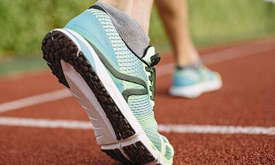 La chaussure de marche athlétique convient à la pratique sur piste