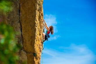 Escalade et alpinisme : les techniques d'assurage et de rappel