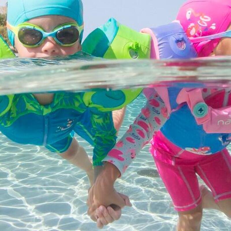 tweelingen die samen zwemmen