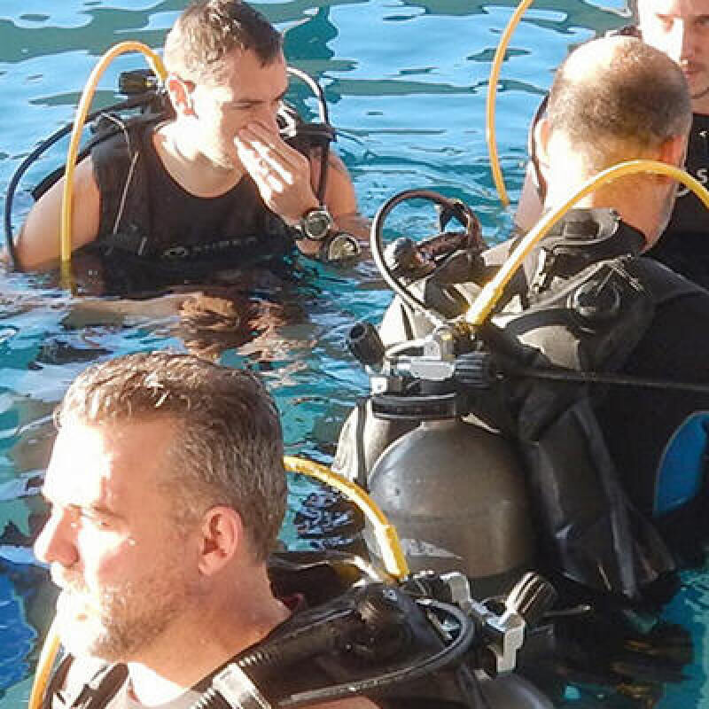 Plezier beleven aan duiken, zelfs in een zwembad!