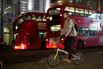 Éclairage pour vélo et autres accessoires adaptés pour affronter l'hiver
