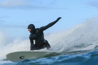 Porquê surfar com uma balaclava no inverno?