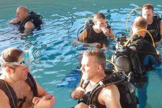 Plezier beleven aan duiken, zelfs in een zwembad! (speelse oefeningen)