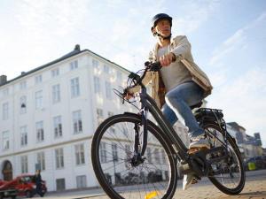 femme qui se balade à vélo