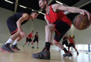 hommes pratiquent le basketball