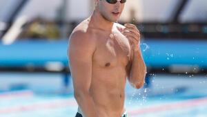 homme musclé faisant de la natation