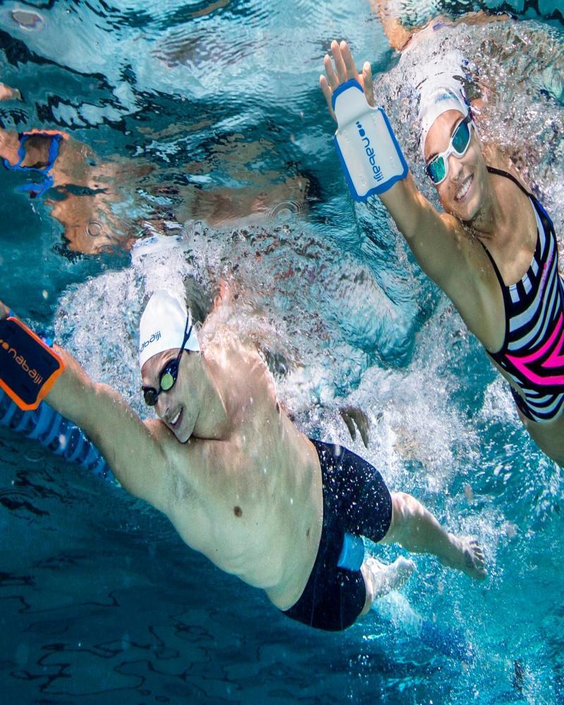 koppel die samen zwemmen