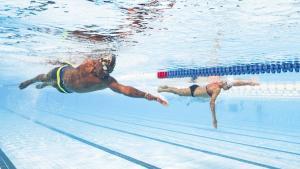 twee mensen die een zwemwedstrijd doen