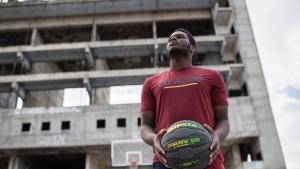 jongen street basketbal