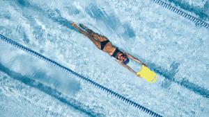 femme entraînant ses jambes à la natation