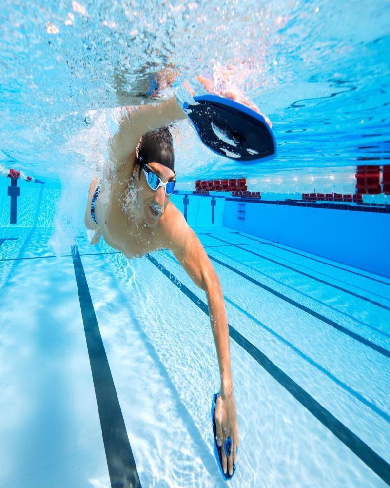 homme testant les plaquettes de natation
