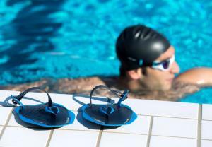 handpaddles die naast het zwembad zetten