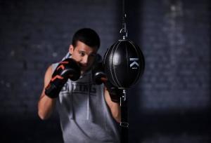 homme pratique boxe amateur