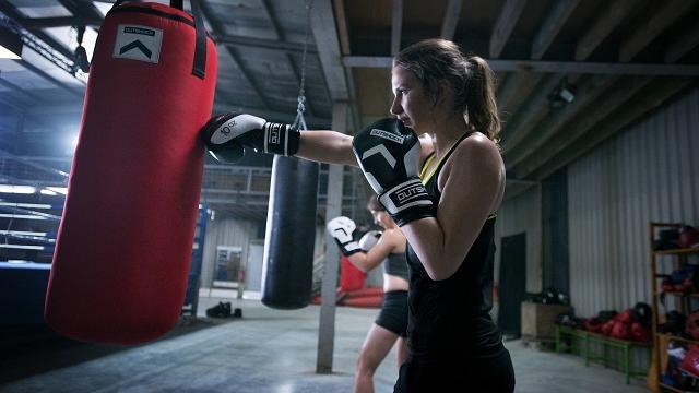 femme pratique de la boxe