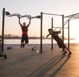 deux hommes qui font leur fitness au bords de la plage