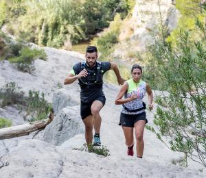 couple qui exerce une course en montagne