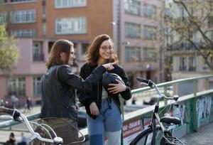 jeunes filles vélo ville
