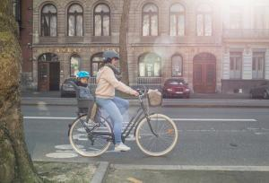 Mère vélo ville avec son enfant
