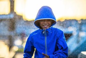 Enfant en tenue pour le dériveur