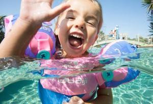 kleine meisje zwemt