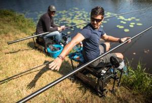 Hommes pêche au coup