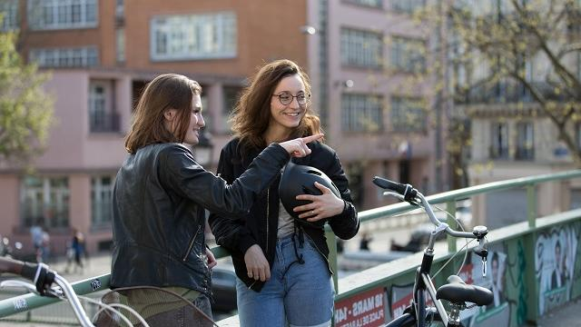 meisjes aan het fietsen