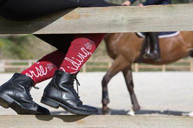 boots d'équitation chaussettes blanches et rouges