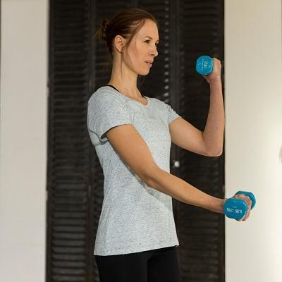 vrouw trainen met halters