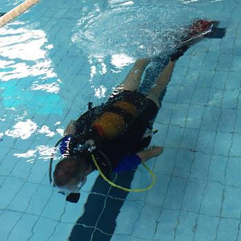 Benefícios do mergulho em piscina