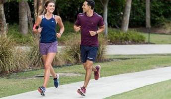 courir ensemble avec le sourire